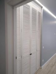 Встроенный шкаф из жалюзийных дверей